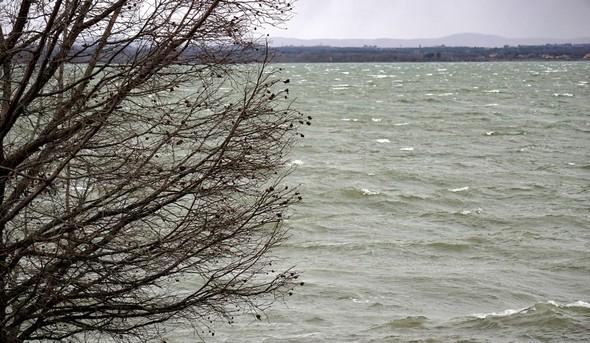 Arborant unvert profond, parcouru de vagues à l'écume blanche, le Trasimène semble se tranformer maintenant en une véritable mer... 11:08