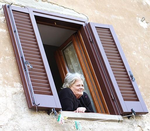 Adriana Fabbroni, la moglie di Vittoriano Gabbellini alla sua finestra.Era il suo posto preferito.1 aprile 2014.