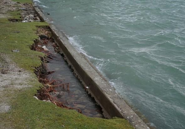 Vue d'une partie importante des dégâts subis par la petite digue protectrice de la plage de l'Isola Maggiore.