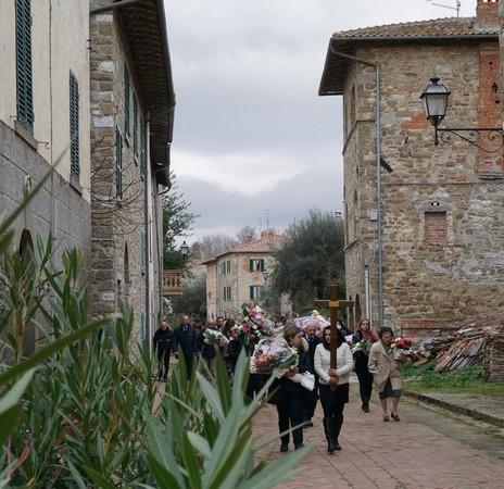All'uscita della chiesa, il corteo funebre si avvia nella via Guglielmi