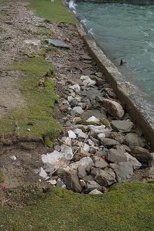Partie droite de la plage : arrachement d'une large bande de terre en arrière de la petite digue.