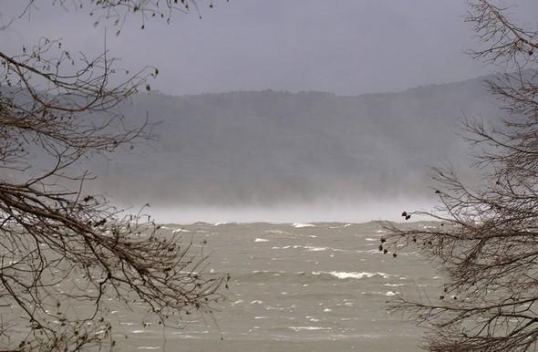 Depuis la veille au soir, une violente et incessante tramontane n'a pas cessé de souffler.De nombreuses vagues moutonnent le Trasimène.Au loin, des rafales de vents soulèvent des nuages d'embruns.5/03/2015,   8:50.