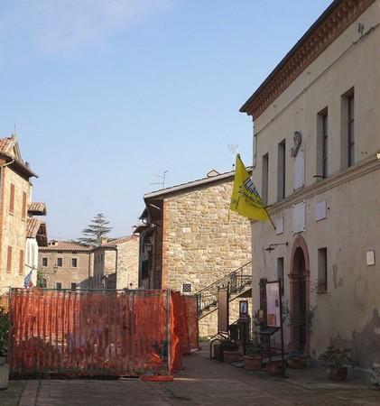 A destra, il Centro di Informazione (museo del Merletto).A sinistra, il primo cantiere