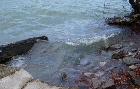 La petite digue est défoncée et les vagues continuent à saper les terres et le soubassement en pierres.