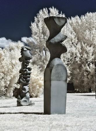 à gauche, œuvre de Aurelio De Felice (1988-1989) à droite, œuvre de Iginio Balderi  (1985).Respectivement les N° 12 et 13 sur le plan.