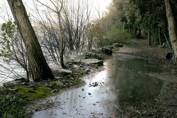 Tout au long de la partie large du lungolago, les traces des incursions des eaux du Trasimène sont encore bien visibles.