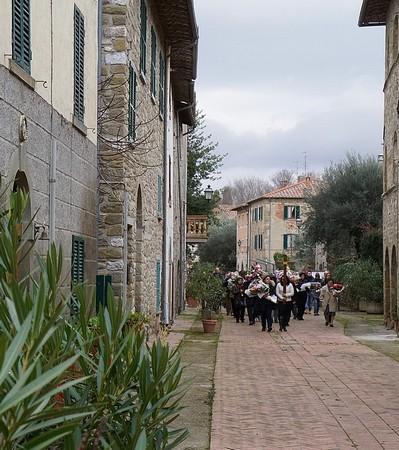 Il corteo funebre nella via Guglielmi.