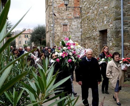 Le donne dell' Isola Maggiore con i mazzi di fiori.