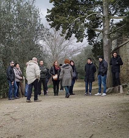 Alla cima di Isola Maggiore, di fronte al cimitero, la dispersione del corteo...