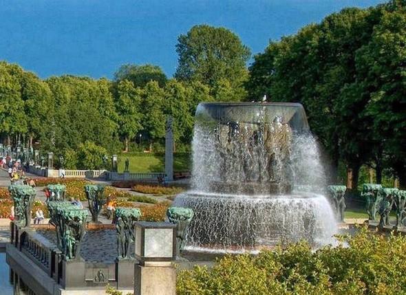 La grande vasque de la Fontaine est soutenue par six géants de différents âges.
