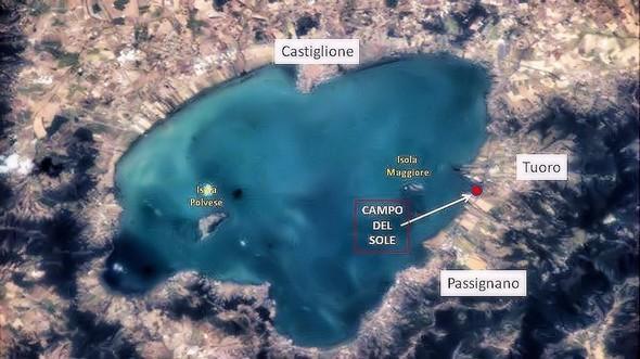 """Vue aérienne du lac Trasimène (Ombrie).Le point rouge indique l'emplacement du """"Campo del Sole""""."""