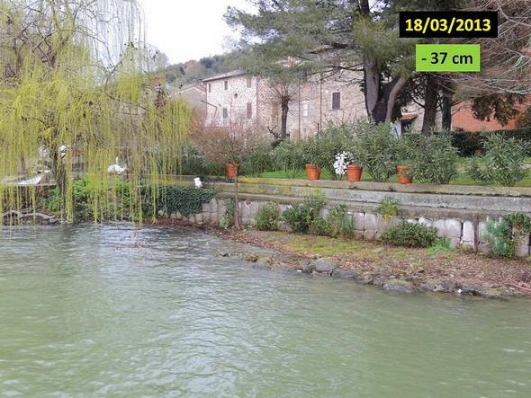 La digue n'est toujours pas en contact avec l'eau du Trasimène. Le contrefort pierreux acchève de s'estomper. Mars 2013.