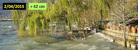 L'eau du Trasimène dépasse presque la première marche de la digue. Début avril 2015.
