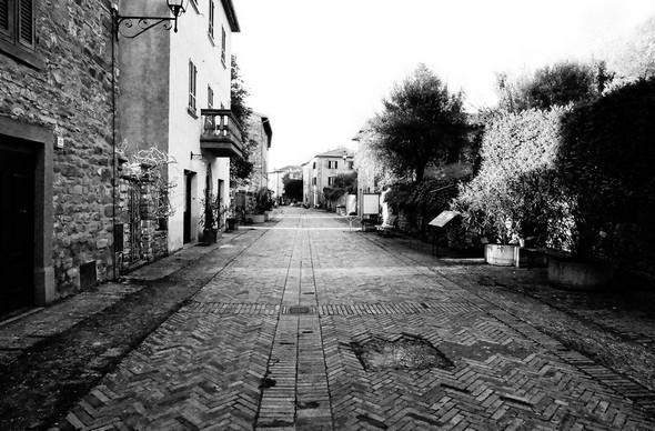 A hauteur du palazzetto médievale, regard en direction du nord de la rue. © Dinu Wilmotte.