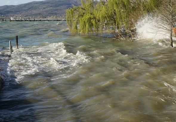Explosion finale des vagues contre la digue.