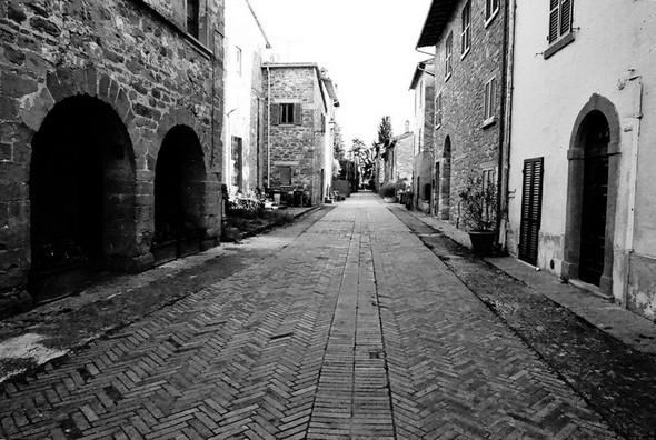 A gauche une partie du palazzetto médievale.Photo prise en direction de l'extrémité sud de la via Guglielmi. © Dinu Wilmotte.