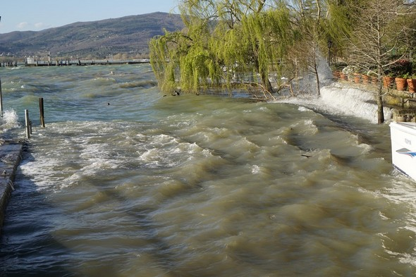 Ensuite, une partie de l'eau retombe en cascade dans la darse.