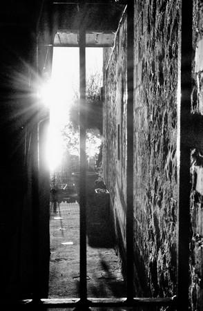 Coucher de soleil dans un étroit passage entre deux maisons au bord du Trasimène. © Dinu Wilmotte.