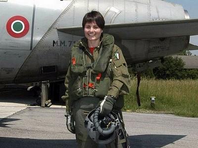 Samantha Cristoforetti en tenue de pilote de chasse.