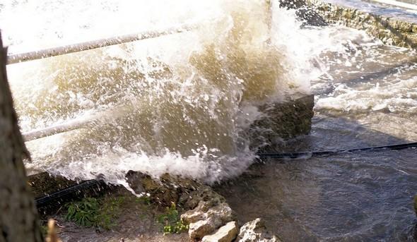 Les vagues s'engouffrent les unes après les autres dans notre jardin.