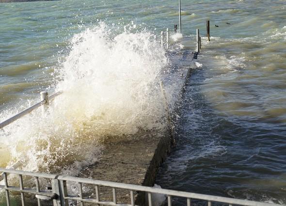 Le Ponant fait éclater les vagues contre la digue de notre darse privée.2 avril 2015,   17:00.