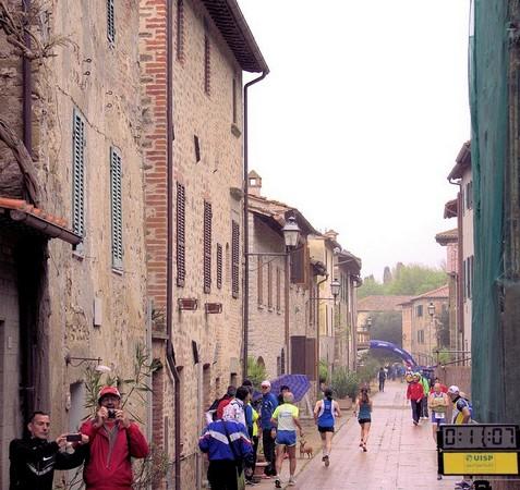 13° Giro Podistico dell'Umbria.Estremità del sud della via Guglielmi, subito dopo la linea di partenza.Isola Maggiore.18/04/2015.