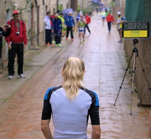 Giovane atleta in attesa del segnale di partenza. Fine meridionale di via Guglielmi.b Isola Maggiore.r />