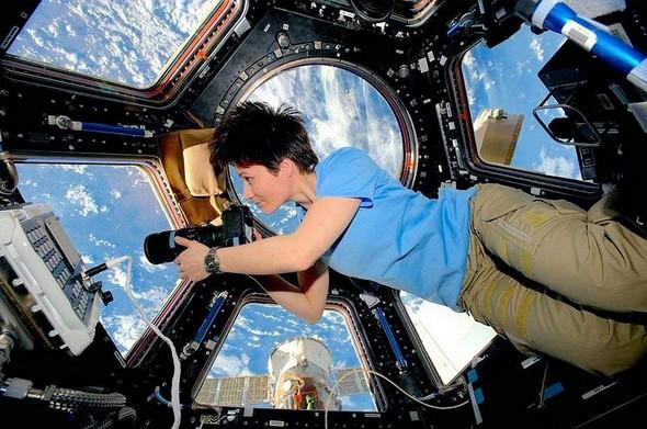 L'astronaute italienne Samantha Cristoforetti prend une photo de la terre depuisl'ISS (station spatiale internationale). Mission de décembre 2014 à mai 2015.