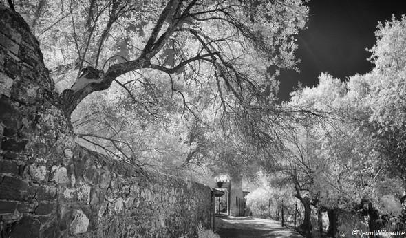 A la jonction entre la via Tre Martiri et la strada San Michele Arcangelo, une sorte de palier menant à une des anciennes entrées latérales du château Guglielmi.