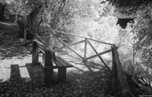 Une avancée bien dégagée, avec un banc pour admirer tranquillement le point de vue sur l'Isola Minore.