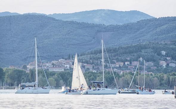 """19:21.Les voiliers commencent à se rassembler devant les darses de l'Isola Maggiore pour assister """"gratuitement""""  au concert."""