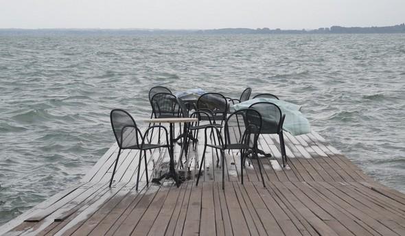 Au bout de ce jardin, la jetée qui s'avance dans le Trasimène.Un lieu incomparable pour goûter les légendaires couchers de soleil du lac Trasimène ! ! !  © Dinu Wilmotte