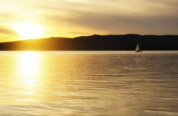 19:32Un voilier parti de Tuoro-Navaccia longe la rive oues