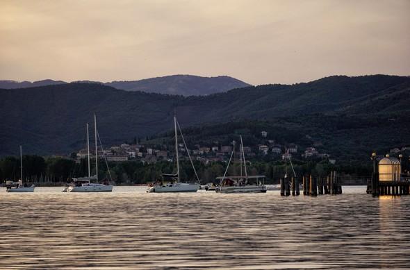 19:34Les voiliers massés en face du lieu du concert.En arrière-plan, Tuoro-sul-Trasimeno.Prédominance du bleu profond.