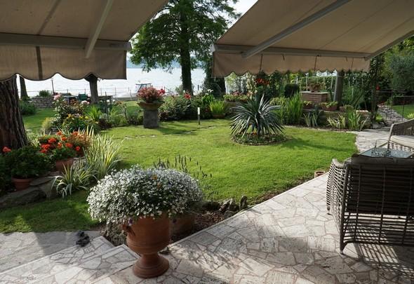 Depuis la terrasse, vue partielle du jardin du côté droit.