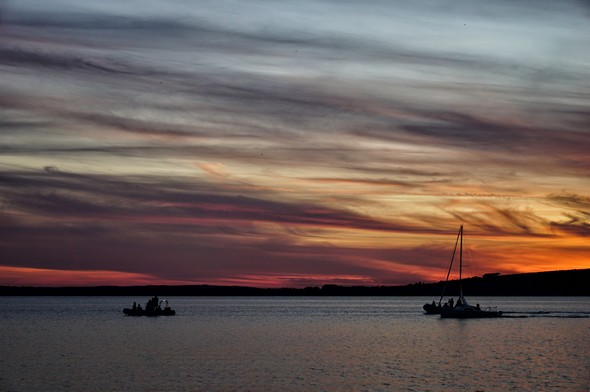 19:59Vue : plein ouest.Les dernières lueurs jaunes-oranges du soleil de plus en plus enfoncé derrière l'horizon.Apparition du bleu et de traînée rosâtres.