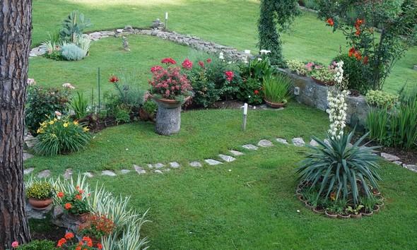 Vue sur la première partie droite du jardin.