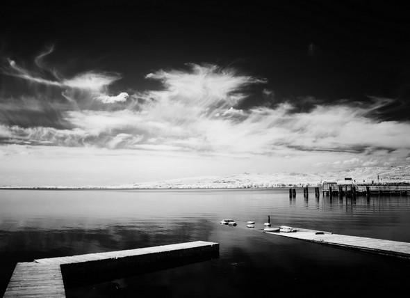 """Depuis la terrasse du restaurant """"L'OSO"""", vue sur sa darsena privée.Dans le quadrant supérieur droit, l'extrémité du débarcadère de l'Isola Maggiore.Au fond de l'image, la rive du lac Trasimène."""