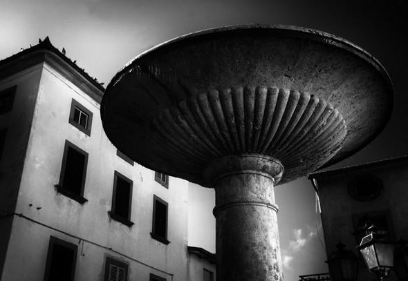 Fontaine au centre de la place communale de Tuoro sul Trasimeno.