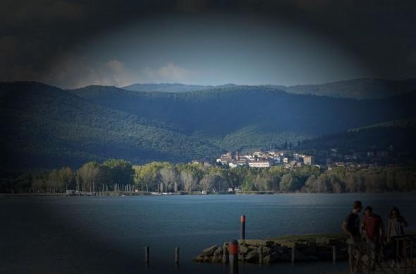 Tuoro-sul-Trasimeno vu depuis la darse de l'Isola Maggiore.
