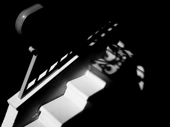 Jeu de lumière au niveau de l'escalier intérieur.