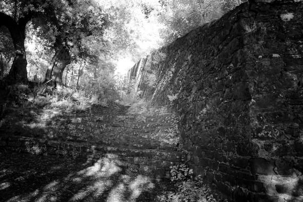 Après quelques mètres, le grand banc en pierre à l'endroit où le mur du jardin du château, s'écarte vers la droite.