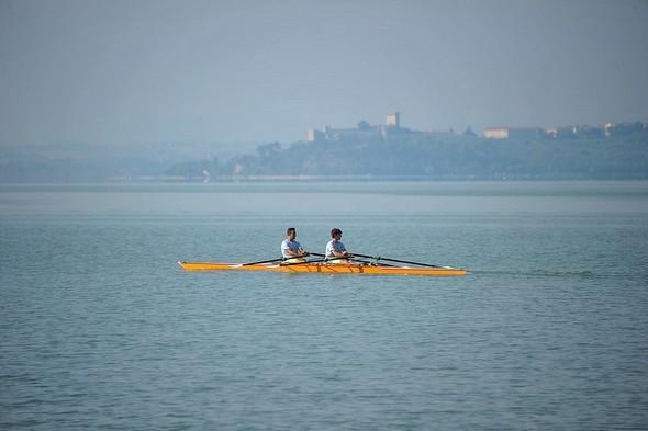 08:30En arrière-plan, la silhouette massive de Castiglione del Lago.