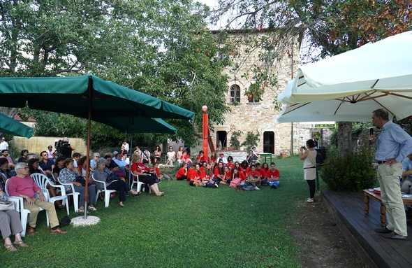 Franco La Torre Nel processo di fare la sua presentazionenel bello giardino del Caffè Letterario.6 settembre 2015.