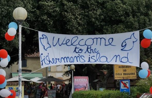 Bannière d'accueil de nos jeunes visiteurs américains au débarcadère de l'Isola Maggiore.