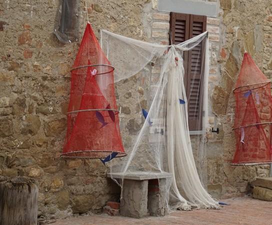 Filets traditionnels des pêcheurs mis à sécher sur les façades de la via Guglielmi.
