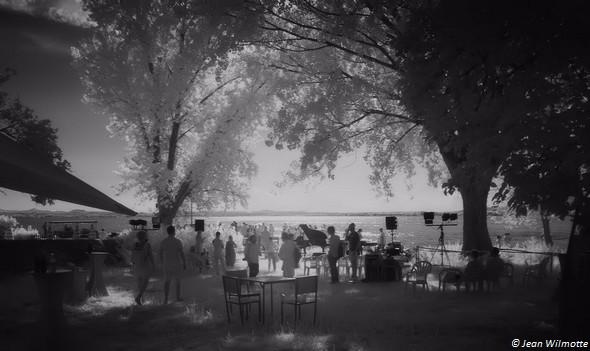 Les invités se pressent autour de la darse de l'Isola Maggiore.Ils vont bientôt y accueillir la future mariée qui arrive à l'Isola dans une barque traditionnelle de pêcheur.25/07/2015 - 15:55