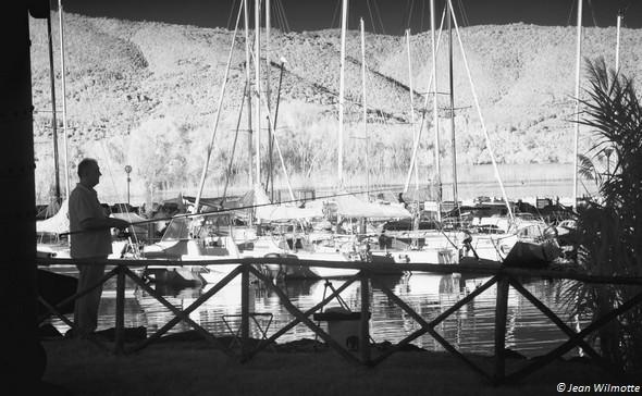 Un pêcheur solitaire sur la rive ouest du Porto del Sole.Tuoro-Navaccia.28/08/2015 - 16:45.