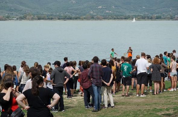 La foule des étudiants occupe toute la berge de la plage.Les artistes (en vert et en orange) sont entrés en scène.Que le spectacle commence !