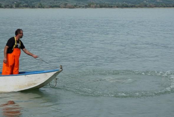 Entraîné par sa circonférence plombé, le filet commence à descendre vers le fond du lac où, grâce à la corde passée dans l'oeillet supérieur, le pêcheur va en refermer la circonférence pour emprisonner les poissons comme dans une nasse...